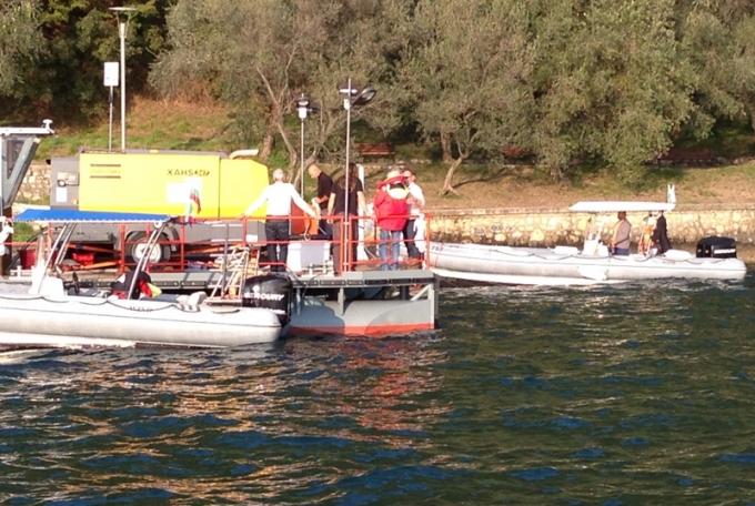 Christo inspicerer Iseo søen før sin installation. Foto: Karen Seneca