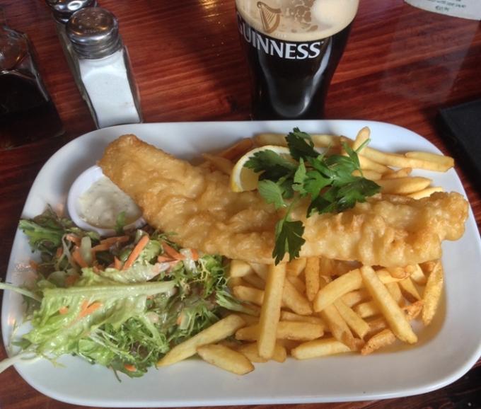 Fish and chips serveret på en pub under en ferie i Dublin