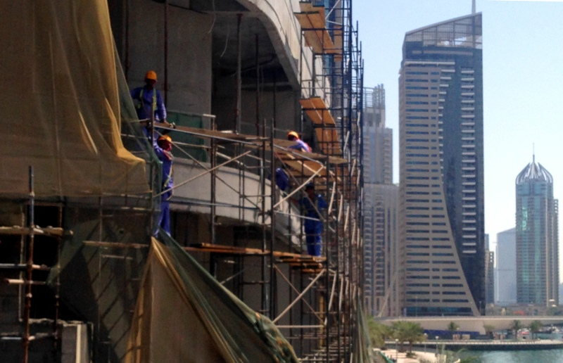 Der bygges alle steder. Dubai er en af verdens hurtigst voksende økonomier, men det er ikke de lokale, der står på stilladserne.