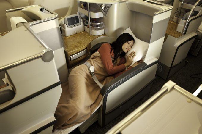 Nu fik jeg ikke taget et sovefoto af mig selv, så her er et af Emirates pressefotos. Hvis man vil have stolen lavet om til en seng, kommer der en stewardesse med en tyk madras til at sove på. Foto: Emirates.com