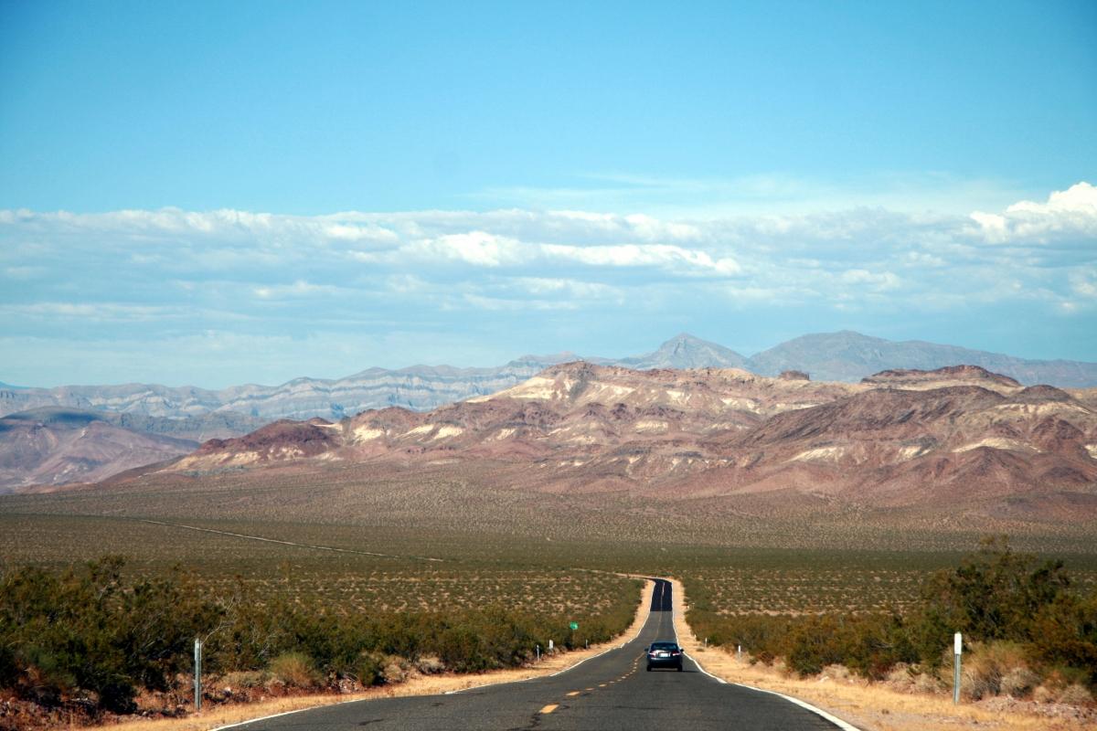 Her er vi på vej ud af Death Valley, som vi besøgte på vores første roadtrip i USA i 2011