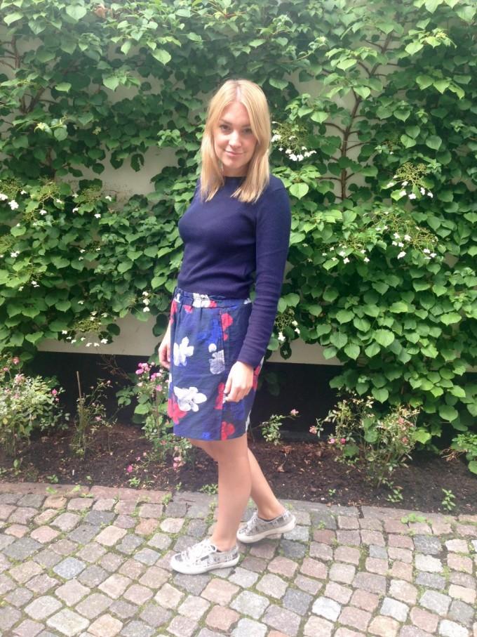 Blomstrede sommershorts fra Wood Wood,  blå mavebluse fra H&M, og sidst men ikke mindst, sneakers fra Superga