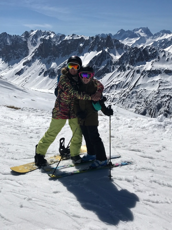 Mig og mit yndlingsmenneske. Glæder mig til den dag hun er top sej til at stå på ski, så hun kan komme over på snowboard og stå sammen med sin mor, som til den tid i princippet er aaaaal for gammel til at fise rundt på en hashkælk! ;)